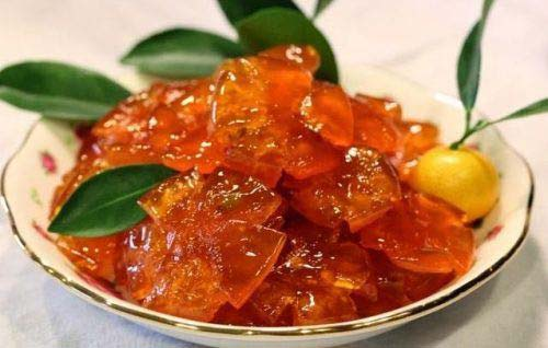 Mứt tắc khi làm xong có màu vàng óng đẹp mắt, vị ngọt của đường, có một chút đắng nhẹ nhàng và vị chua chua thanh thanh.