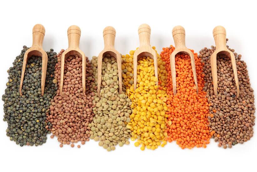 Món ăn làm từ đậu lăng trở thành những món mang lại sự may mắn và sung túc cho người dân nước Ý và Hungary. Cụ thể: Tại Ý, bữa ăn đậu lăng thường chế biến thành món đậu lăng xanh với xúc xích – gọi là Cotechino con Lenticchie. Khi chế biến, trông đậu lăng có màu xanh lá và hình dạng giống với đồng xu. Tại Hungary, người ta thường hay ănchénmón súp đậu lăng trong ngày đầu năm. Khi nấu đậu lăng nở tròn đều trong nước biểu tượng cho sự thịnh vượng suốt năm.