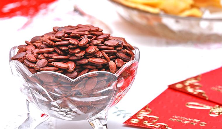 Hạt dưa màu đỏcó ý nghĩa mang lại may mắn và niềm vui cho mọi người. Những món ăn chứa sắc đỏ luôn được ưu ái trong dịp đầu năm.Hạt dưa đỏcũng không phải là ngoại lệ. Loại hạt này dường như lúc nào cũng được nằm trong khay mứt để mời khách trong dịp Tết.