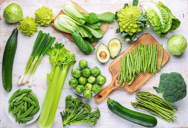 Bên cạnh đó việc bổ sung các loạirau xanh nhiều lá(bao gồm cải xoăn, cải bắp và loại rau cải giống như cải làn Lạng Sơn ở ta) để cân bằng dinh dưỡng trong các bữa ăn. Ngoài ra còn có quan niệm rằng ăn những loại rau này sẽmang lại nhiều tài lộcbởi màu xanh và hình dáng của những loại rau này giống như tiền giấy. Và người ta tin rằng ăn nhiều những loại rau này thì bạn càng giàu có và tất nhiên là khoẻ mạnh nữa.