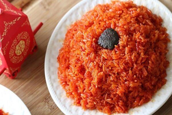 Theo quan niệm của người Việt màu đỏ tượng trưng cho hạnh phúc, màu thắm của sắc xuân là biểu tượng của sự may mắn, tốt lành. Trong khi đó màu đỏ của gấc là màu tự nhiên của đất nên sẽ tạo ra sự dung hòa, thuận lợi cho năm mới. Chính vì vậyxôi gấclà món nên ăn đầu tiên đểlấy may trong ngày đầu nămsau khi chúng ta đã cúng tổ tiên.