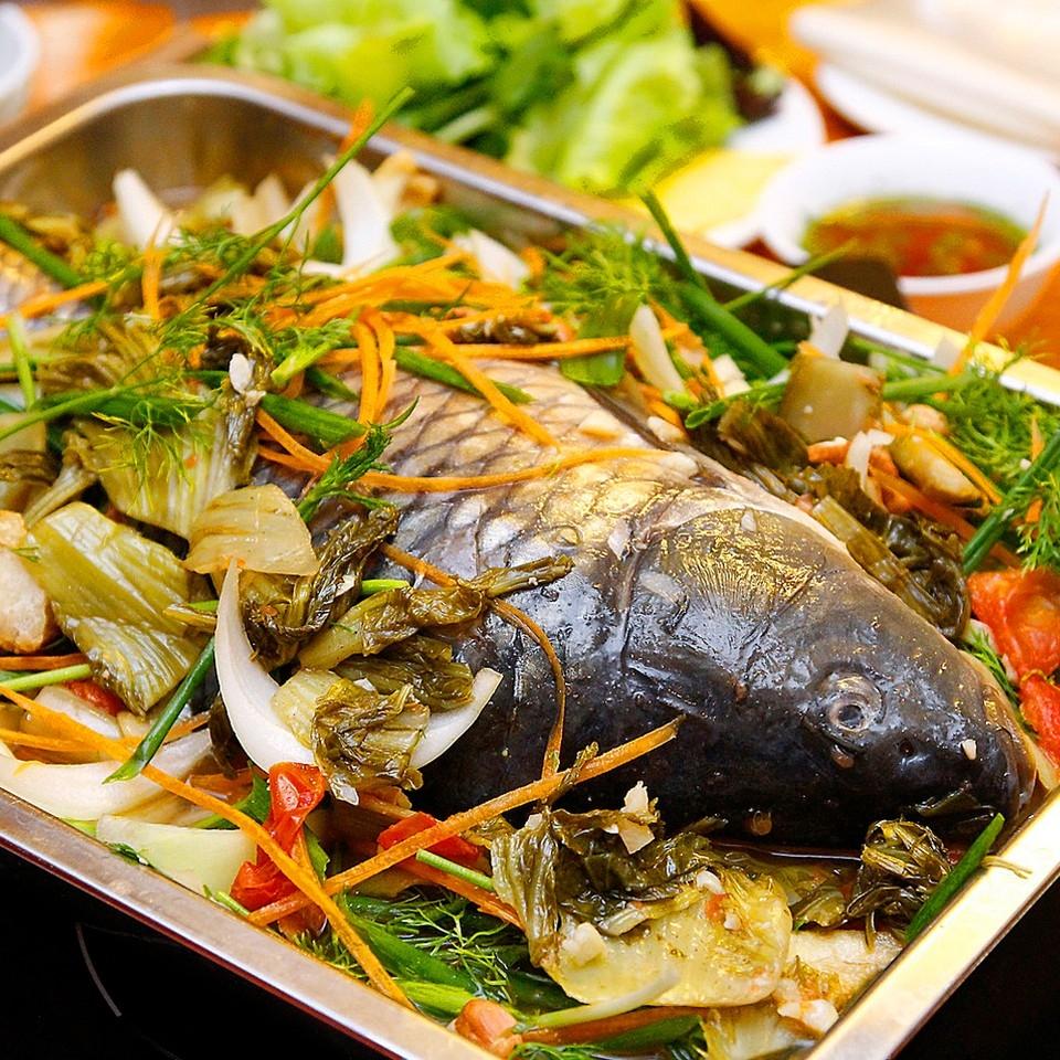 """Bên cạnh món canh khổ qua thơm ngon, mát ruột và may mắn thìmón cácũng làmón nên ăn để lấy may trong ngày đầu năm mới. Theo âm Hán thì cá có cách phát âm gần giống như từ dư có nghĩa là dồi dào, thừa thãi. Chính vì vậy ăn cá sẽ mang lại nhiều may mắn tài lộc cho một năm làm ăn dư dả. Một số quan niệm còn cho rằng cá ăn trong ngày Tết phải nguyên con để đảm bảo một năm mới """"đầu xuôi, đuôi lọt""""."""