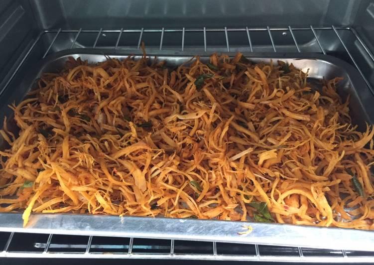 Bước 1: Cho thêm một muỗng canh dầu ăn, lá chanh, ớt cắt lát vào gà đã ướp sẵn, trộn đều.  Bước 2: Bọc khay nướng bằng 1 lớp giấy bạc. Cho gà vào và dàn đều lên mặt khay.  Bước 3: Làm nóng lò nướng trước khi nướng khoảng 10 phút. Cho gà vào và nướng ở nhiệt độ 150 độ C đến 200 độ C.  Bước 4: Nướng khoảng 15 phút, nên kiểm tra gà thường xuyên để không bị cháy.