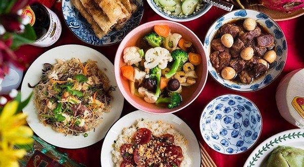 Vào mùng 1 đầu tháng, bạn nên ăn những món ăn có màu đỏ như xôi gấc, dưa hấu, đu đủ, lựu,... vì theo quan niệm dân gian những món ăn có màu đỏ này sẽ mang lại nhiều điều may mắn và tài lộc vào ào ào trong tháng đó.