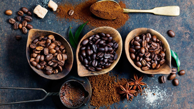 Máy đóng gói cà phê rang xay là thiết bị đóng gói để giữ trọn nguyên hương vị của cà phê sau khi đã xay nhuyễn. Việt Nam được coi là đất nước có cà phê nhiều và ngon trên thế giới, đã và đang được thế giới công nhận về độ hình thức lẫn chất lượng của cà phê Tìm hiểu sơ lược về cà phê rang hạt - xay? Cà phê trước khi được đưa đến tay người tiêu dùng, ta cần trải qua các quá trình vô cùng công phu để có được loại cà phê ngon và đảm bảo được hương vị vốn có nó. Trên thị trường hiện nay, có rất nhiều cà phê lẫn tạp chất nên giá thành rẻ để đáp ứng nhu cầu sử dụng của người dân - nhiều người gọi là cà phê BẨN. Bên cạnh đó, cũng có nhiều loại cà phê vẫn giữ được chất lượng và hương vị không bị pha trộn tạp chất, đó là cà phê SẠCH. Vậy làm cách nào để phân biệt được cà phê nào tốt cho sức khỏe và cà phê nào đã bị trộn tạp chất để tăng hương vị thu hút khách hàng? - Cà phê nguyên chất pha phin phù hợp với người Việt: cà phê sau khi rang được cho vào một ít bơ để tạo độ béo, chút rượu tạo phản ứng Este hóa, cho hạt cà phê có mùi thơm hơn, đậm đà hơn. Vì vốn là người dân Việt Nam thích đồ ăn hay thức uống phải thơm ngon nên cà phê càng thơm càng thu hút sự tiêu dùng càng cao - Cà phê nguyên chất không sao tẩm (rang mộc): sản phẩm hoàn toàn tự nhiên, hạt cà phê hái chín bằng tay, được rang đến nhiệt độ thích hợp, ủ trong điều kiện yếm khí, sau đó tiến hành đóng gói mà không tẩm thêm bất cứ phụ gia hay hương liệu nào. Cà phê nguyên chất rang mộc phù hợp cho người thích gu tây, hậu vị nhẹ nhàng, sâu lắng, cà phê nguyên chất rang mộc còn được dùng để pha cafe Espresso - Cà phê hạt tẩm vị - không còn nguyên chất như ban đầu: do nhận thức yếu kém, muốn tăng lượng bán và sản xuất của một số cơ sở rang xay trước đây chuyên sản xuất cà phê độc hại (Cà phê phải tẩm vị, tẩm nhiều mùi,...mới mang lại hương vị khác lạ, thu hút khách hàng. Tạo được hương vị riêng biệt cho cửa hàng mình không giống bất kỳ ai, chất lượng hạt cà phê cũng không được nguyên vẹn. Theo một số người nhận định, cà 