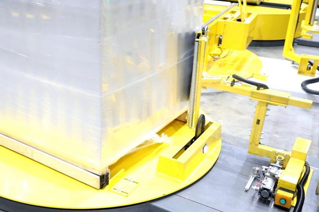 Máy đóng gói pallet được coi là thiết bị đóng gói làm cho sản phẩm tránh được các tác nhân từ bên ngoài như nước, bụi, mưa,... và tránh được sự va đập, đổ vỡ trong quá trìn vận chuyển hoàng hóa hay lưu trữ chúng Thiết bị này còn được gọi với cái tên khác là máy quấn màng pallet bán tự động, tự động thậm chí có thể là bằng tay. Có thể bạn chưa biết chúng như thế nào và cách chúng hoạt động ra sao. Vậy hãy cùng máy đóng gói An Thành sơ lược qua các dạng máy qua bài viết dưới đây để tìm cho mình loại máy phù trước khi đầu tư nhé! Máy đóng gói pallet bằng tay: Đối với thiết bị này, được đóng gói bằng tay với sự hỗ trợ của bàn xoay và dụng cụ để màng quấn. Nó phù hợp với các sản phẩm vừa, nhỏ để có thể quấn hết và chắc chắn trong lúc quắn màng Máy đóng gói pallet bằng tay Cách thức đóng gói: Rất đơn giản, mọi người đều có thể sử dụng dễ dàng. Khi bạn cần quấn sản phẩm gì đó, ta chỉ cần có màng nilong sẵn. Đem sản phẩm lên bàn xoay để xoay cho dễ đối với các vật nặng. Ta chỉ cần cố định màng và sau đó xoay cho tới khi nào bạn cảm thẩy dầy và chắc chắn là có thể dừng lại và ta đã hoàn thành Tình trạng: Mới Loại điều khiển: Bằng tay Tính năng: Hiệu quả cao Sử dụng với: Màng quấn nilong Thích hợp cho: Dây chuyền đóng gói Chất liệu máy: sắt, thép Tính năng: Hỗ trợ đóng gói sản phẩm Cách thức sử dụng: dễ vận hành, không quá cầu kỳ Máy đóng gói pallet tự động: Máy quấn màng lớn này phù hợp cho các kiện hàng xuất khẩu, vận chuyển xa,... Máy có thể điều khiển từ xa, hoàn toàn tự động,... cho bạn có thể làm việc từ xa mà vẫn hoàn thành công việc. Với công suất lớn, ổ đĩa quay hỗ trợ khi ta quấn sản phẩm, hệ thống điều khiển thông minh PLC,... giúp bạn hoàn thiện được việc đóng gói một cách nhanh chóng nhất Máy đóng gói pallet tự động Quá trình hoạt động của thiết bị: 1. Sau khi bàn xoay giảm tốc, xi lanh kẹp di chuyển, thanh nẹp được dựng lên, và màng căng cuốn thanh nẹp và pallet lại với nhau. 2. Bàn xoay ngừng quay, và xi lanh cánh tay đòn chuyển động. Sau khi xi lanh cánh tay đ