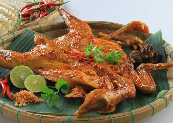 """Gà nướng Savanakhet là món ăn mà bạn không thể bỏ qua khi ghé thăm đất nước triệu voi xinh đẹp. Món ăn ngon đặc trưng và gieo bao thương nhớ trong lòng thực khách bởi hương vị đậm đà, béo ngậy, mềm thơm từ thịt. Nền ẩm thực Lào rất đặc sắc và các món ăn gần giống với các nước Đông Dương. Đặc biệt, một trong những món ăn mà để lại biết bao cảm xúc, với hương vị nhớ mãi chính là món gà nướng Savanakhet - một trong những món ăn đại diện cho nền ẩm thực nơi đây. Hãy cùng Máy đóng gói An Thành tìm hiểu xem món gà nướng này có gì đặc biệt mà làm say lòng biết bao du khách đến thế nhé. Nguồn gốc cái tên gà nướng Savanakhet Savannakhet là tên gọi của thành phố lớn thứ 2 của Lào. Đây là thành phố được coi là """"thủ phủ kinh tế"""" của xứ sở triệu voi. Không chỉ nổi tiếng bởi vẻ đẹp linh thiêng, độc đáo từ những ngôi chùa cổ kính với tín ngưỡng Phật giáo phong phú. Savannakhet còn được biết đến bởi nền ẩm thực đa dạng với nhiều món ăn đặc sắc, chân phương, bình dị như: xôi nếp nương, rêu chiên, gỏi Tam Maak Hung... Đặc biệt, gà nướng Savanakhet là một trong những món ăn ngon trứ danh mà bất kỳ du khách nào khi đến thăm Lào cũng phải thưởng thức. Nếu bạn đã được thưởng thức món gà nướng này rồi, chắc chắn bạn sẽ cảm nhận được hương vị nồng nàn cũng như nguyên liệu chế biến có phần tương đồng với nền ẩm thực Việt Nam. Từ cách lựa chọn gà thả rông, cho đến khâu tẩm ướp gia vị rồi cách nướng tuy nhìn đơn giản nhưng lại khiến món gà Savanakhet dậy mùi thơm ngào ngạt khiến mọi góc phố, con đường tại Lào đều tỏa hương thơm quyến rũ du khách. Điều gì làm nên hương vị đặc biệt của gà nướng Savanakhet: Gà nướng Savanakhet được chế biến từ gà thả rông: Nói về cách chế biến món ăn này thì nó còn là bí quyết riêng của người đầu bếp. Tuy nhiên, để món gà này được ngon, thịt thơm, ăn mềm ngọt thì trước tiên chúng ta phải chọn được đúng loại gà thả rông. Bởiloại gà này cho thịt cực chắc và ngọt thịt vừa phải, mùi thơm của loại gà này phải nói là mang sự đặc trưng riêng biệt. Vì gà thả rông thường"""
