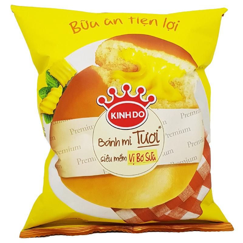 Bánh mì ngọt là thức ăn vặt, nhanh vì có thời gian tiêu thụ ngắn, dễ bị oxi hóa dẫn đến hư hỏng. Bánh mì ngọt thường có thời gian sản xuất và sử dụng trong vòng 3 – 5 ngày, do vậy nếu giai đoạn đóng gói xảy ra bất kỳ lỗi nào cũng có thể ảnh hưởng đến chất lượng bánh trước khi đến tay người tiêu dùng. Máy đóng gói bánh mì ngọt là sản phẩm máy đóng gói thổi khí nito, chuyên dùng để đóng gói các loại bim bim, snack, bánh mì tươi,… để giữ được trọn vẹn hương vị bên trong túi sản phẩm. Máy đóng gói bánh mì ngọt không quá phức tạp khi dễ vận hành, nguyên liệu sau khi được đưa vào túi được mở sẵn, máy sẽ bơm thêm khí vào trong túi bánh mì và dán kín mép túi để không cho không khí vào trong. Việc bơm khí vào trong túi cũng tương tự như việc hút chân không khi bảo quản, thực phẩm sẽ tránh được sự oxi hóa nhằm tăng thời gian bảo quản và giữ nguyên được mùi vị và độ tươi ngon. Thành phẩm sau đó sẽ được in date và chuyển đến các đại lý bán hàng. Máy đóng gói bánh mì ngọt nằm nhỏ: Được thiết kế với dạng nằm ngang nên thiết bị có thể đóng gói nhiều sản phẩm khác nhau như khẩu trang, găng tay, các dạng bánh với các loại bánh có nhiều kích thước khác nhau, các ốc vít,... Máy đóng gói bánh mì ngọt nằm nhỏ Các tính năng tiêu chuẩn có trong thiết bị : Được tích hợp 3 độc lập động cơ (Băng Tải, trung tâm niêm phong và kết thúc niêm phong) để quá trình đóng gói được hoàn thành. Điều khiển chuyển động cho phản ứng nhanh chóng để lệnh khác nhau. Định vị chính xác vị trí của các điểm đen để có thể cắt chính xác. Kỹ thuật số nhiệt độ điều khiển các bước, niêm phong chính xác. Cấp thực phẩm có cấu trúc bằng inox SUS304 khôgn gỉ để đảm bảo được sự vệ sinh trong và sau khi đóng gói để đưa đến tay khách hàng. Màn hình cảm ứng màu, hiển thị các chức năng và quá trình đóng gói cho ta có thể quan sát được các quá trình đóng gói. Hướng dẫn sử dụng thân thiện và dễ dàng hoạt động, mọi người có thể vận hành một cách thuận tiện. Được cài đặt thông minh nên khi đóng gói nếu túi không mở hoặc hết túi th
