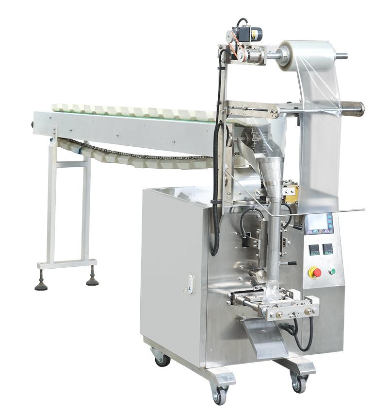 Để phục vụ trong công nghiệp sản xuất, máy đóng gói thường được phân chia theo từng kiểu bao bì, kích thước, kiểu dáng, nguyên liệu sản xuất và bề rộng cuộn màng phím, tương ứng với từng loại sản phẩm. Hệ thống máy đóng gói công nghiệp hoạt động liên tục cho phép dễ dàng chuyển từ kiểu đóng gói bao bì cuộn màng tự động sang đóng gói bao bì dạng ép sẵn hoặc bán tự động, thường được áp dụng đóng gói cho bao bì dạng hạt, bột,…. Máy đóng gói dạng hạt, dạng bột hay dạng lỏng theo quy ước chung đều được thiết kế gồm phần cân định lượng và phần đóng gói, sử dụng hệ thống điều khiển riêng biệt, tính năng hoạt động theo hướng tiên tiến, đảm bảo đáp ứng được mọi yêu cầu trong sản xuất. Là cơ sở chuyên cung cấp các thiết bị máy đóng gói đặc biệt là máy đóng gói dạng bột lâu năm trên thị trường Việt Nam. Các thiết bị máy đóng gói của An Thành nhận được sự tin tưởng của khách hàng bởi thiết kế thông minh hiện đại, máy vận hành an toàn và chất lượng, luôn đảm bảo chất lượng đầu ra tốt nhất trên thị trường hiện nay. Máy đóng gói dạng hạt đứng: Là thiết bị được thiết kế với các chức năng đa năng, thích hợp đóng gói các sản phẩm có kích thước khác nhau như kẹo dẻo, bánh quy, các dạng hạt sau khi được làm sạch, thực phẩm sống, sản phẩm cứng như các dạng bù lon, ốc vít, trái cây sấy,.... Vì đóng gói bán tự động nên ta có thể sử dụng nhiều dạng túi đóng gói khác nhau như túi niêm phong sau, túi đục lỗ, túi hộp, túi dạng đứng, túi zipper, túi dây,.... Nguyên lý hoạt động của máy: Sử dụng cơ chế hoàn toàn tự động, khi sản phẩm được chế biến xong và đưa tới dây chuyền máy đóng gói. Máy sẽ tự động cấp túi và gắp túi, mở miệng túi sau đó nạp đầy nguyên liệu vào bên trong. Cuối cùng là hàn ép miệng túi, cho ra sản phẩm bao bì đóng gói đạt tiêu chuẩn chất lượng cao. Hệ thống khay chứa túi của dàn máy này được trang bị rất nhiều ngăn, nhờ đó có thể đặt vào khay chứa số lượng túi lớn, tiết kiệm thời gian, hoàn toàn thay thế sức lao động của con người và vẫn đảm bảo được năng suất chất lượng cao