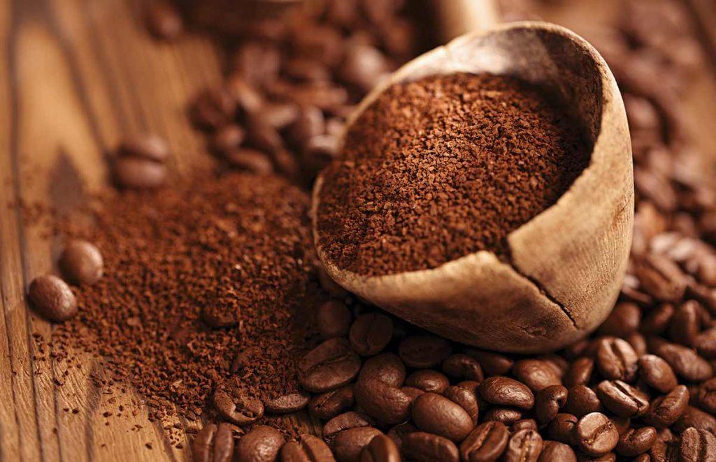 Cafe được nhiều người sử dụng đến làm thức uống để giải stress giảm sự căng thẳng trong lúc làm việc, nhiều người khác thì nhâm nhi chúng một cách chậm rãi, hàn huyên tâm sự với bạn bè,... Chúng có mặt trên khắp thế giới, vafod năm 2009, Brasil là nước sản xuất cà phê lớn nhất thế giới, tiếp đó là Việt Nam, Indonesia và Colombia. Vào thời điểm năm 2016 sản lượng cà phê Việt Nam chiếm 16% tổng sản lượng thế giới và Việt Nam tiếp tục giữ địa vị thứ nhì sau Brasil. Cafe có thể biến tấu nhiều hình dạng khác nhau, tùy vào nhu cầu sử dụng của bạn và tùy vào ở mỗi địa phương hay đất nước khác nhau sẽ được pha chế khác nhau để phù hợp với nhu cầu uống ở nơi đó.  Cafe bột là loại cafe được rang xay từ hạt cafe chín.Trong giới những người yêu thích cà phê thì cafe bột là một loại cà phê được ưa chuộng rất nhiều nhất tại Việt Nam. Mỗi buổi sáng thức dậy, bạn pha và thưởng thức một ly cà phê nóng sẽ giúp tinh thần tỉnh táo hơn và có tinh thần làm việc hơn vì cafe có ít tính axit và có thể gây kích thích đối với người sử dụng do có chứa hàm lượng cafein. Có nhiều người lựa chọn tự mình chế biến cà phê tại nhà hoặc có người lại thích tới các cửa hàng bán cafe pha sẵn để thưởng thức hương vị của cafe.  Nếu ở thời kỳ mà máy móc công nghiệp chưa phát triển như bây giờ thì cách đóng gói đa số được sử dụng bằng cách truyền thống. Chính vì thế bao bì chưa đẹp mắt, bao bì không thể đồng nhất, chất lượng bên trong không đảm bảo được huơng vị, sản lượng đóng gói chưa được cao cho doanh nghiệp,...  Máy đóng gói cafe bột ra đời được coi là chìa khóa giúp cho doanh nghiệp giải quyết được các khó khăn bấy lâu nay. Không những nâng cao giá trị sản phẩm, mà còn đảm bảo được chất lượng bên trong. Mẫu mã ngày càng được cải tiến, tiết kiệm được các chi phí khác nhau mà trong quá trình đóng gói truyền thống còn hạn chế. Hãy cùng An Thành điểm qua các loại máy đóng gói cafe bột xem chúng có gì khác biệt nhé!  Bạn có biết cách chế biến cafe được diễn ra như thế nào không?  Để làm nên được những ly cà
