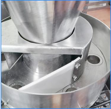 Đường que được coi là sản phẩm tiện dụng, thích hợp đem đi du lịch - sử dụng với định lượng nhất định cho cafe, nhỏ gọn và việc sản xuất dễ dàng. Đường que đơn giản chỉ là một lượng đường cát trắng dạng mịn, nhỏ chia đều vào những chiếc túi nhỏ có trọng lượng từ 6-10g. Vì hình dạng túi thường ở hình chữ nhật nhỏ, giống một chiếc que nên mọi người thường gọi là đường que hay đường stick.  Máy đóng gói đường que thuộc một dòng máy trong các loại máy đóng gói thực phẩm phổ biến hiện và được sử dụng nhiều ở thời điểm hiện nay. Ngoài việc đóng gói đường que, máy còn được sử dụng để đóng gói các loại hạt như ngũ cốc, cà phê… trong những chiếc túi dạng que.  Với đa dạng phân khúc khách hàng từ nhỏ đến lớn, tất cả đều luôn yêu cầu sản phẩm chất lượng công nghệ cao. Bên cạnh đó đòi hỏi máy móc phải hoạt động một cách liên tục và hòa nhập vào cả một hệ thống sản xuất dây chuyền của cơ sở sản xuất. Trước khi quyết định mua chiếc máy đóng gói đường que, ta nên tìm hiểu kỹ các loại máy với các kích thước hay tiêu chí sản xuất khác nhau để tìm ra cho doanh nghiệp mình chiếc máy phù hợp. Nào, hãy cùng An Thành tham khảo qua bài viết dưới đây để hiểu rõ hơn nhé!  Máy đóng gói đường que dạng đứng:  Đường que không chỉ có mỗi loại đường cát trắng tinh luyện đâu các bạn nhé! Mà nó có rất nhiều là đằng khác. Hiện nay, với nhiều nhu cầu của khách hàng mà nhà sản xuất đã cho ra đời những loại đường stick khác như đường nâu, đường ăn kiêng, đường phèn,... với các kích thước nhuyễn, to, vừa,... khác nhau     Với loại đường que trắng cơ bản, các nhà sản xuất cũng rất biết quan sát khách hàng cho những gói đường không hạt quá to như đường tinh luyện sẽ dễ bị ướt, nhưng cũng không phải loại đường bột hạt mịn vì bao bì thường bằng giấy kraft dễ bị thất thoát. Loại đường trong các gói đường stick là loại đường nhỏ vừa đủ, không chỉ tiện lợi để dễ hòa tan trong các loại đồ uống mà còn đảm bảo chất lượng khi tới tay người tiêu dùng.  Có thể bạn chưa biết, nếu bạn là người thích uống cà phê có chú