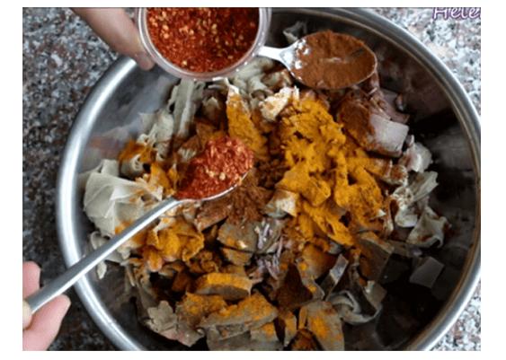 Phá lấu (tiếng Trung: 拍滷; Bạch thoại tự: phah-ló̍) là một món ăn khá quen thuộc xuất xứ Trung Quốc và được biết đến ở các tỉnh thành miền nam Việt Nam, đặc biệt là ở Sài Gòn. Phá lấu được làm từ lưỡi, tai, ruột cho đến bao tử của heo, bò hay vịt. Phá lấu thường được ăn kèm với bánh mì, cơm, cháo...  Phá lấu bò là một món ăn vặt đường phố được nhiều người yêu thích. Phá lấu dễ ăn nhưng sẽ ngon hơn khi ăn cùng với bánh mì hoặc bún, mì. Thường được bán rải rác trước cổng trường, ven đường phố với những nồi nước dùng bốc nghi ngút khói, thoang thoảng mùi thơm ngòn ngọt đặc trưng của ngũ vị hương và nước cốt dừa. Chỉ có thế thôi nhưng cũng đủ để khiến bao thế hệ học sinh, sinh viên Sài Gòn hằn sâu trong ký ức, nôn nao mỗi khi nhớ về.  Tuy nhiên, cách nấu phá lấu không dễ ở chỗ phải khử được hết mùi tanh của nội tạng, tăng giảm gia vị sao cho đậm đà, thơm ngon, ngọt vị mà không bị ngấy.  Hãy cùng A Thành học ngay cách nấu phá lấu lòng bò thơm ngon trọn vị tại với cách nấu tại nhà dưới đây để thưởng thức và ôn lại kỉ niệm nhé!  Nguyên liệu chuẩn bị nấu phá lấu bò: 500g dừa nạo ( hoặc có thể mua trực tiếp nước cốt dừa ép sẵn bên ngoài về) Nước dừa tươi 50g gừng 2kg lòng bò (lá sách, khăn lông, lách, gân) Gia vị: bột ngũ vị hương, bột cà ri, cà ri dầu, lá cà ri, hoa hồi, quế, bông tai vị, muối, đường, bột ngọt, hạt nêm, tiêu, ớt băm, tỏi băm, hành băm, riềng xay, nước màu. Các bước thực hiện: Làm nước cốt dừa:  - Bạn đem 500g dừa nạo bóp thật kỹ (không cho thêm nước) rồi vắt lấy khoảng 300ml nước cốt. Tiếp theo, cho thêm nước vào vắt thêm khoảng 2 – 4 lít nước dão tùy vào lượng thịt bò.  Sơ chế nguyên liệu:  - Cắt sạch phần mỡ nếu còn dính trên lòng bò. Ngâm lòng bò cùng với rượu đã được pha loãng cùng với giấm. Thêm vào một vài lát gừng thái lát mỏng, bóp thật kỹ để loại bỏ bớt nhớt và khử được mùi hôi.  - Sau đó bạn xả thật sạch lại cùng với nước lạnh, rồi để cho ráo nước.  Lưu ý: Riêng đối với gan bò thì bạn nhớ chú ý nên rửa nhẹ tay để gan sẽ không bị nát.  - Hành tây vớ