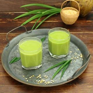 Sữa đậu nành là thức uống rất đỗi quen thuộc với tất cả chúng ta. Còn sữa đậu nành lá dứa được kết hợp tạo ra thức uống vừa thơm ngon, thanh mát lại giàu chất dinh dưỡng cho người bận rộn. Nhưng người có bệnh nền thì không nên sử dụng quá nhiều sẽ gây ra ra các bệnh không đáng có. Sữa đậu nành lá dứa là một loại đồ uống không những thơm ngon mà còn là nguồn cung cấp dinh dưỡng tuyệt vời cho sức khỏe chúng ta. Mà công thức nấu sữa đậu nành cực kỳ đơn giản, bạn chỉ cần mất khoảng 30 phút là có thể làm cho cả nhà những ly sữa đậu nành thơm ngon bổ dưỡng. Nào, hãy cùng An Thành vào bếp thôi nhé. Cách chọn hạt đậu nành ngon: – Hạt đậu nành phải có màu trắng ngà, đều màu – Vỏ hạt đậu không có xuất hiện vết nứt hoặc đã nảy mầm – Hạt có hương thơm thoang thoảng nhẹ nhàng, mùi béo ngậy – Hạt mẩy, kích thước các hạt đậu nành tương đồng nhau, bóp chắc hạt, không mủn, không vụn, không mềm – Nên chọn thời gian mua hạt vào sau các vụ mùa đậu nành, hoặc 3 – 4 tháng sau vụ mùa. Nguyên liệu nấu sữa đậu nành lá dứa: Đậu nành hạt: 700gr Lá dứa: 3-4 lá Đường cát Nước đun sôi để nguội Lạc rang hoặc mè rang Dụng cụ: Máy xay sinh tố, vải xô để lọc, bình đựng, cốc định lượng. Các bước để ta thực hiện nấu sữa đậu nành lá dừa: Bước 1: Sơ chế nguyên liệu Bạn ngâm đậu nành bằng nước ấm từ 6 – 8 tiếng đối với mùa hè, 10 – 12 tiếng đối với mùa đông, chú ý để hạt đậu nành nở hết. Sau khi hạt đậu sẽ nở ra rất nhiều, bạn dùng tay để chà xát qua làm sạch lớp vỏ bên ngoài. Rửa lại lần nữa cho sạch, nhớ xả hết phần bọt và vớt bỏ những hạt lép. Bước 2: Xay đậu nành Cho đậu nành và 350ml nước vào máy xay sinh tố. Xay đậu trong 2 phút, cứ 30 giây nên nghỉ một lần để tránh máy bị nóng, xay đến khi hỗn hợp nhuyễn mịn. Ở công đoạn này nếu muốn sữa thơm ngậy và có hương vị hơn, bạn có thể cho thêm mè trắng hoặc đậu phộng vào xay cùng. Không cần máy xay bạn sẽ khá khó khăn trong việc làm sữa đậu nành. Bước 3: Ta bắt tay nấu sữa đậu nành lá dứa Đổ đậu nành đã xay nhuyễn vào túi vải sạch, lọc cho hết cặn. Dùng 