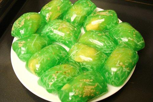 """Bánh phu thê, chắc đã không còn xa lạ đối với mỗi người Việt Nam, chiếc bánh vẫn thường xuất hiện trong mỗi dịp lễ tết, cưới hỏi. Bánh phu thê không chỉ là một trong những loại bánh truyền thống của Việt Nam mà còn hàm chứa trong đó triết lý âm dương của cả dân tộc. Từ một đặc sản của làng Đình Bảng – Bắc Ninh, bánh phu thê đã nhanh chóng nổi tiếng và trở thành một loại bánh được ưa chuộng trên khắp đất Việt. Sự tích ra đời làm nên chiếc bánh phu thuê hay còn gọi là xu xê: Tục truyền, tên gọi bánh phu thê là do sự tích vua Lý Anh Tông đi đánh trận, người vợ ở nhà thương chồng vất vả đã tự tay vào bếp làm bánh gửi ra cho chồng. Vua ăn thấy ngon, nghĩ đến tình vợ chồng đã đặt tên bánh là bánh phu thê. Cũng vì tên gọi ấy mà bánh phu thê (hay cũng còn gọi là xu xê) luôn được buộc thành cặp, biểu trưng cho sự gắn bó son sắt của tình chồng vợ. Có người lại truyền nhau tên gọi bánh """"phu thê"""" gắn liền với câu chuyện kể về vợ chồng người lái buôn thuở xưa. Chuyện kể rằng, trước lúc người chồng lên đường đi buôn ở phương xa, người vợ làm bánh tặng chồng và thề rằng cho dù xa nhau nhưng lòng nàng vẫn luôn ngọt ngào, đậm đà như bánh. Chồng cảm động đặt tên cho bánh là bánh phu thê. Chẳng ngờ đến phương xa, người chồng bị say đắm bởi sắc đẹp của các cô gái lạ và không muốn quay về. Người vợ ở nhà biết tin liền làm bánh gửi cho chồng kèm theo lời nhắn: """"Từ ngày chàng bước xuống ghe Sóng bao nhiêu đợt bánh rầu bấy nhiêu"""". Nhận được bánh và lời nhắn của vợ, người chồng hối hận liền tức tốc quay về và không còn nghĩ đến chuyện thay lòng đổi dạ nữa. Từ đó, người ta truyền nhau rằng bánh phu thê tượng trưng cho sự thủy chung của vợ chồng và thường hay có mặt trong tiệc cưới như một lời nhắn nhủ đến các đôi vợ chồng trẻ. Nguyên liệu bánh phu thê làm rất đơn giản: + Vỏ bánh: 100g bột khoai (potato starch), 150g bột năng (tapioca), 100g đường, 5g muối, 450ml nước, dừa non thái sợi, 2 muỗng canh dầu ăn. + Nhân bánh: 200g đậu xanh, 80g đường, 2 thìa canh dừa non băm nhỏ, 1 thìa dầu ăn. + Đ"""