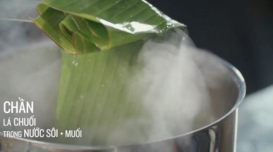 Bánh tét, có nơi gọikhác còn gọi là bánh đòn (tùy theo vùng miền khác nhau tên gọi cũng bị ảnh hưởng). Là một loại bánh trong ẩm thực của cả người Việt và một số dân tộc ít người ở miền Nam và miền Trung Việt Nam. Chúng có nét tương đồng của bánh chưng ở Miền Bắc về nguyên liệu, cách nấu, chỉ khác về hình dáng và sử dụng lá chuối để gói thay vì lá dong. Vì vậy nó cũng được sử dụng nhiều nhất trong dịp Tết Nguyên đán cổ truyền của dân tộc Việt Nam với vị trí không khác bánh chưng. Nhưng cũng có nhiều bánh tét nhân chuối hay đậu đen được làm hay là bán quanh năm.  Bánh tét ngày Tết thường để lâu được vài ngày, được nấu vào đêm giao thừa hoặc xa hơn để những ngày Tết có thể dùng để ăn với dưa món và thịt kho . Đây thường là bánh tét nhân mặn với thịt, mỡ và đậu xanh, và dùng cho nhiều người ăn Ngoài ra, còn có bánh tét nhân ngọt với nhân chuối hoặc đậu xanh, loại to dùng cho nhiều người ăn hoặc loại nhỏ dùng cho một người ăn.  Nếu bạn chưa được trải nghiệm những công đoạn này diễn ra như thế nào thì hãy cùng An Thành tìm hiểu về cách làm bánh tét ngày Tết bằng lá chuối hoặc lá dong cực ngon, xanh, đẹp mắt, ăn là nghiền ngay sau đây nhé.  Nguyên liệu làm bánh tét: 800 g nếp 400 g đậu xanh nguyên vỏ 400 g thịt ba rọi (ba chỉ)  ¼ thìa cà phê muối  1 thìa cà phê nước mắm  1 thìa cà phê đường ¼ thìa cà phê bột nêm/ vị tinh 1 thìa cà phê tiêu (xay/ nguyên hạt) 2 củ hành tím đập dập     Dụng cụ thực hành: Lá chuối / lá dong Lạt tre Nồi cỡ lớn / nồi áp suất Khay/ mâm rộng Hướng dẫn sơ lược quá trình hình thành bánh tét: Bước 1: Chuẩn bị Đậu và nếp ngâm từ 4-8 tiếng, vớt ra để ráo rồi xóc với chút muối. Lạt tre ngâm 8-10 tiếng cho mềm. Lá chuối rửa sạch, chần qua nước sôi để ráo, lau khô. Thịt rửa sạch, để nguyên tợ và cắt dải dài, ướp gia vị 15-20 phút. Bước 2: Gói bánh tét Trải lá chuối lên khay/mâm rộng. Đổ gạo nếp lên lá, dàn mỏng thành lớp theo chiều ngang. Làm tương tự với đậu. Trải thịt vào giữa. Phủ một lớp đậu và gạo nếp phủ cuối cùng. Lưu ý dàn nếp phủ đều đậu và thịt