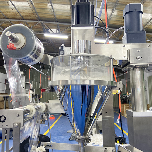 Máy đóng gói bột canh là thiết bị được coi đối với các cơ sở, doanh nghiệp sản xuất các loại gia vị chẳng thể thiếu trong xưởng tạo ra. Máy vừa có năng suất hoạt động cao lại vừa giúp đơn vị kinh doanh tiết kiệm nhân công nhờ tính tự động hóa. Nó là thiết bị thuộc dòng máy đóng gói bột – hạt. Máy được quan tâm sử dụng để đóng gói bất kể các loại sản phẩm rời không kết nối dạng hạt của dược phẩm, thực phẩm & những ngành công nghiệp hóa chất. Được kết hợp hoạt động giữa khâu định lượng của bộ phận trục vít định lượng với độ chính xác, tốc độ cao và cụm máy đóng gói dạng đứng với những chức năng: định hình túi, chiết rót dòng sản phẩm, bơm khí nito (tùy chọn), hàn túi & cắt túi. Máy đóng gói bột canh tự động: Có cấu trúc máy mạnh mẽ, cấu tạo tốt thì có thể đóng gói nhiều sản phẩm với các kích thước khác nhau. Từ dạng hạt nhỏ đến lớn, tất cả các kính thước bao bì như hạt gạo, ngô, bột, gia vị, bánh snack, dược phẩm, bột giặc,.... Cấu trúc tính năng của thiết khi vận hành: Các tập hợp toàn bộ thiết bị là liên kết và kiểm soát để tự động điều khiển chất liệu cung cấp, không có chất liệu, không có bao bì, không đóng gói,... tránh sự thất thoát nguyên vật liệu một cách đáng kể. Nhập khẩu máy tính điều khiển hệ thống PLC, Siemens đa dạng ngôn ngữ. Màn hình cảm ứng, dễ dàng để hoạt động và điều khiển cho mọi người. Nhập khẩu filmconveying hệ thống và màu sắc cảm biến dấu đảm bảo chính xác định vị. Hiệu suất tuyệt vời, tiếng ồn thấp, và chặt chẽ niêm phong. PLC Siemens điều khiển nhận ra tất cả các quy trình bao gồm vận chuyển nguyên liệu vật liệu, đo lường, điền, đóng bao, ngày in ấn và gooddelivery của hoàn thành sản phẩm. Tốc độ đóng gói và túi chiều dài có thể được thiết lập theo để điều chỉnh các bộ phận. Tự động errorcorrection chức năng, tiết kiệm thời gian và vật liệu đóng gói. Các phép đo là chính xác, các bao bì hiệu quả là cao, và thesystem là ổn định và đáng tin cậy. Xoắn ốc trục vít Feeder được tích hợp độc lập trộn hệ thống. Các bộ phận máy đóng gói bột canh có n